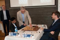 Johan Sigeman makes the first move (e4) in the game Sarin vs Jones